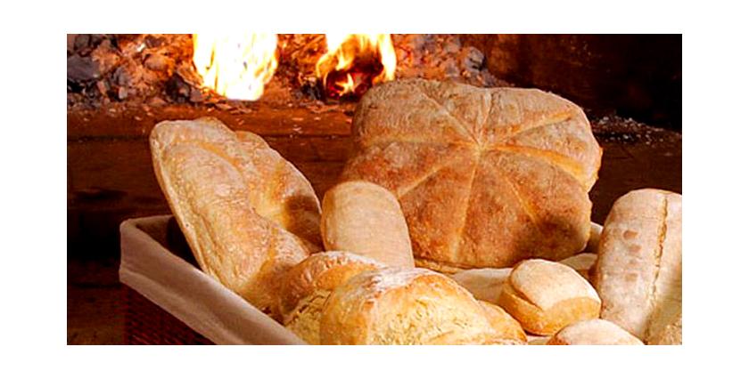Pan casero en horno de le a hornos de le a andaluc a - Cocinar horno de lena ...